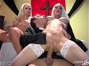 JessicaJaymes- Mick humps Jessica and Nikki flawless culo