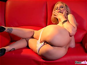 wild mom Julia Ann playing with her sweet milfy cooter